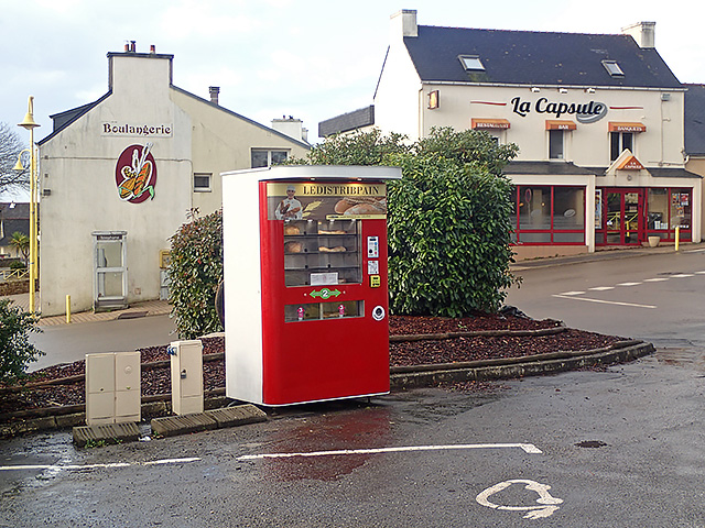 Distributeur automatique de pain, place Aimée de Guesnet
